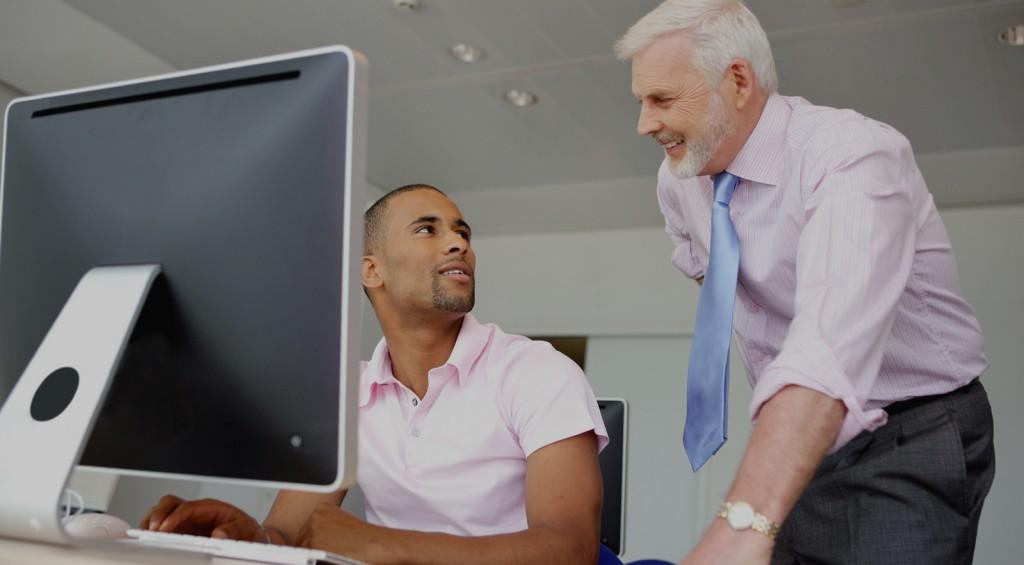 Portrait d'hommes au bureau devant un ordinateur